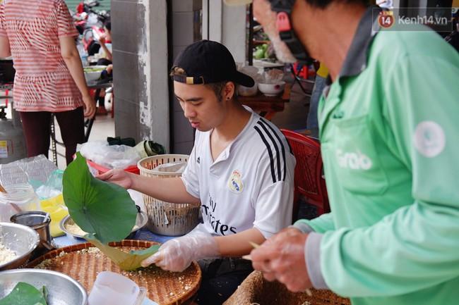 Quán xôi gói bằng lá sen mỗi sáng chỉ bán 3 tiếng là hết veo, người Sài Gòn xếp hàng nườm nượp chờ mua - Ảnh 4.