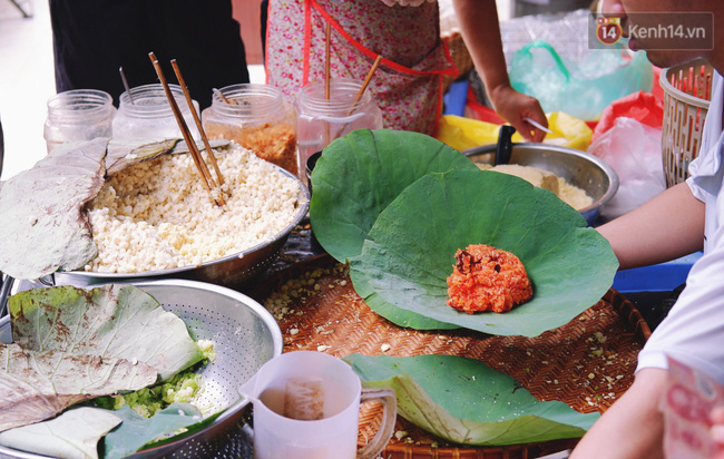 Quán xôi gói bằng lá sen mỗi sáng chỉ bán 3 tiếng là hết veo, người Sài Gòn xếp hàng nườm nượp chờ mua - Ảnh 8.