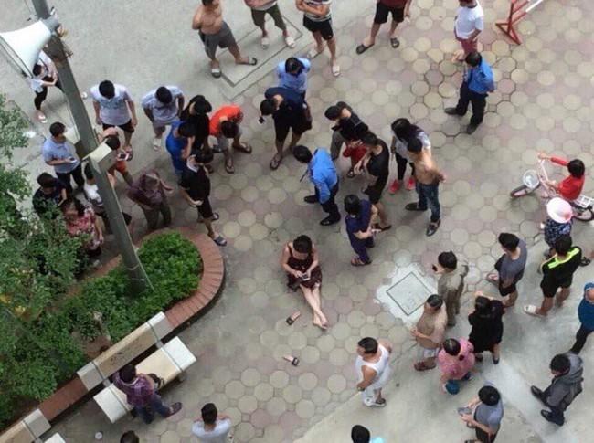 Vụ chồng rút súng bắn vợ giữa chung cư ở Hà Nội: Khám xét nơi ở của nghi phạm - Ảnh 1.
