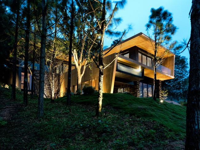Căn biệt thự gỗ đẹp như bước ra từ phim Hàn Quốc nằm cách Hà Nội chỉ hơn 1 giờ lái xe - Ảnh 1.