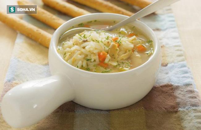 Tranh luận trái chiều về thói quen ăn cơm chan canh gây bệnh dạ dày: Đâu là cách ăn đúng? - Ảnh 1.