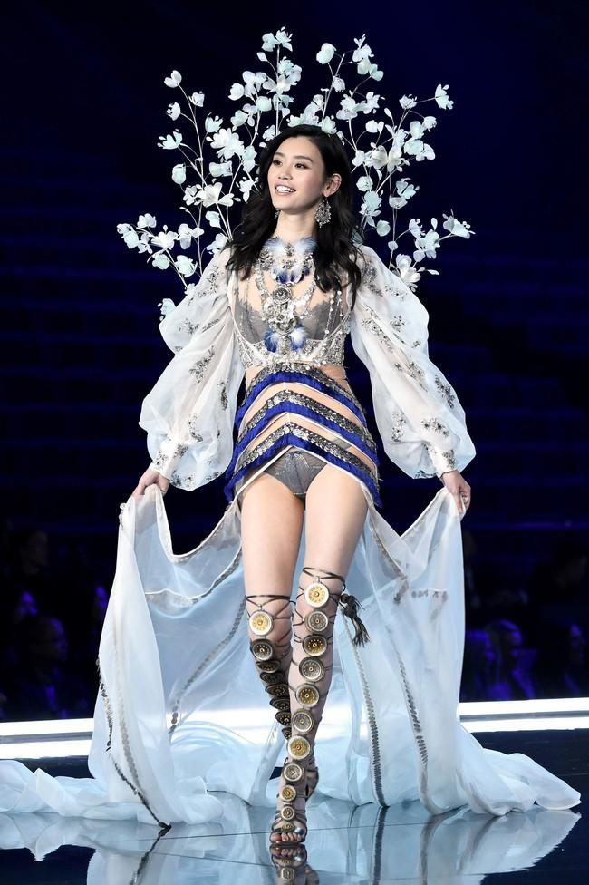 Gầy đáng báo động nhưng vẫn tập luyện hùng hục cho Victorias Secret Show, Ming Xi bị fan hỏi: Làm gì còn mỡ đâu mà đốt? - Ảnh 1.