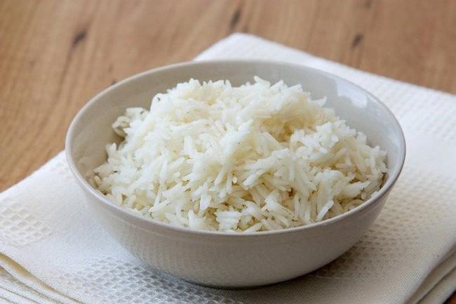 Tranh luận trái chiều về thói quen ăn cơm chan canh gây bệnh dạ dày: Đâu là cách ăn đúng? - Ảnh 2.