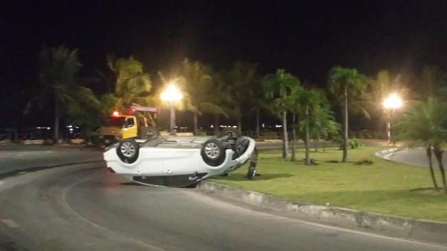 Ô tô trắng lật giữa đường, nhưng 3 người đàn ông nằm bên cạnh mới là điểm gây chú ý - Ảnh 1.
