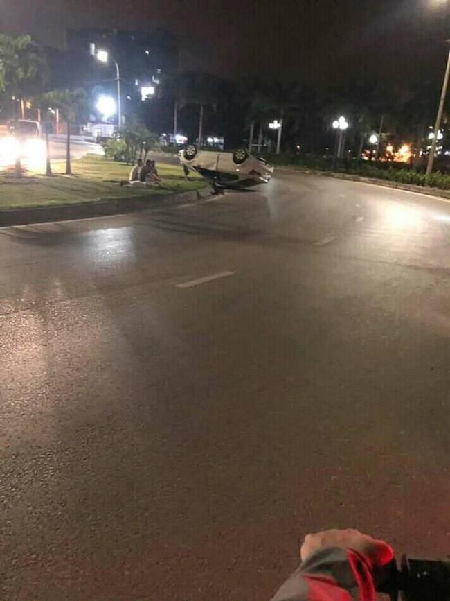 Ô tô trắng lật giữa đường, nhưng 3 người đàn ông nằm bên cạnh mới là điểm gây chú ý - Ảnh 2.