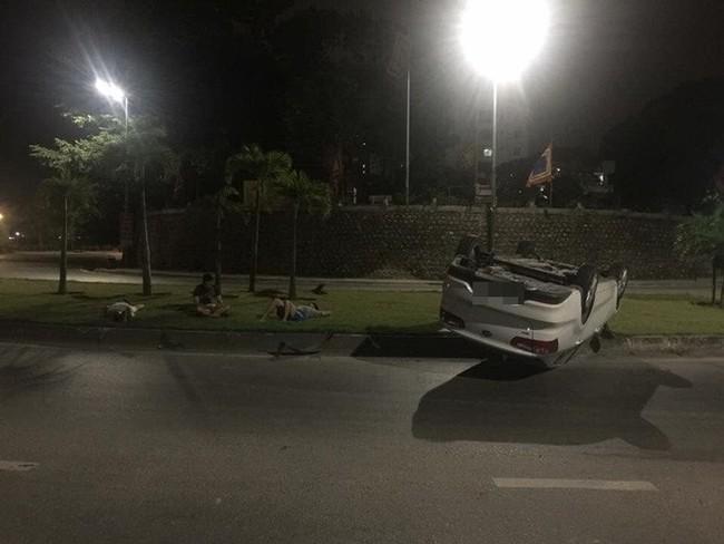 Ô tô trắng lật giữa đường, nhưng 3 người đàn ông nằm bên cạnh mới là điểm gây chú ý - Ảnh 3.