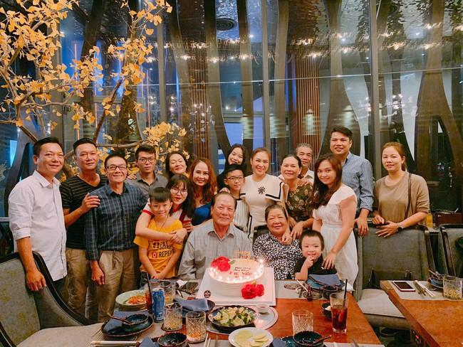 Mỹ Tâm nhí nhảnh hết cỡ, cùng đại gia đình tổ chức sinh nhật cho mẹ - Ảnh 4.