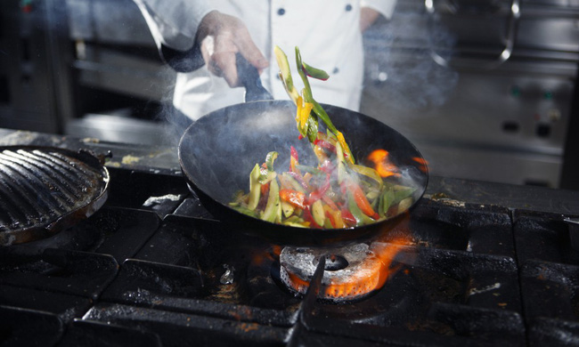 2 sai lầm phổ biến nhất khiến dầu ăn trở thành thuốc độc trên mâm cơm, thói quen thứ 2 nhà nào cũng mắc! - Ảnh 3.