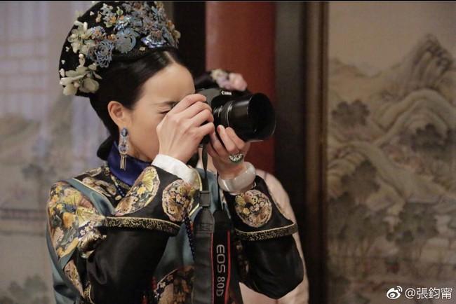 Rảnh rỗi như Du Phi - Trương Quân Ninh: Khi không có gì làm, đi chụp ảnh dạo khắp trường quay Như Ý truyện - Ảnh 1.