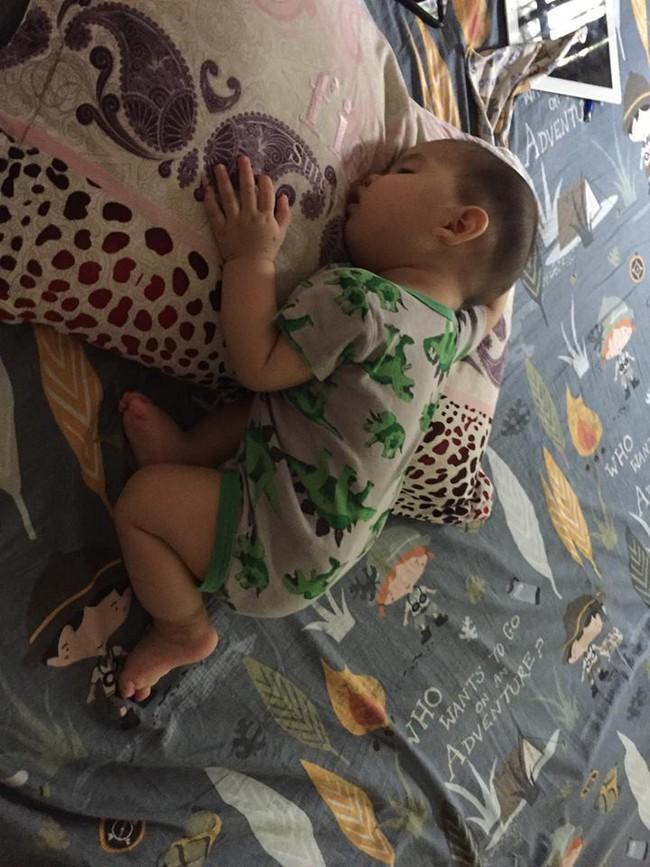 Bí quyết luyện ngủ cho con đơn giản như không, chỉ mất 30 giây bé đã tự ngủ xuyên đêm ngay từ 1 tháng tuổi - Ảnh 4.