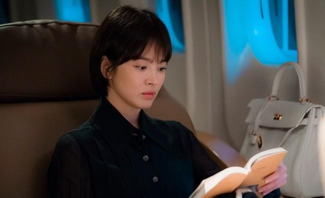 Ngoài kiểu tóc 10 năm không đổi, chiếc túi này của Song Hye Kyo còn khiến dân tình réo tên Hậu Duệ Mặt Trời - Ảnh 2.