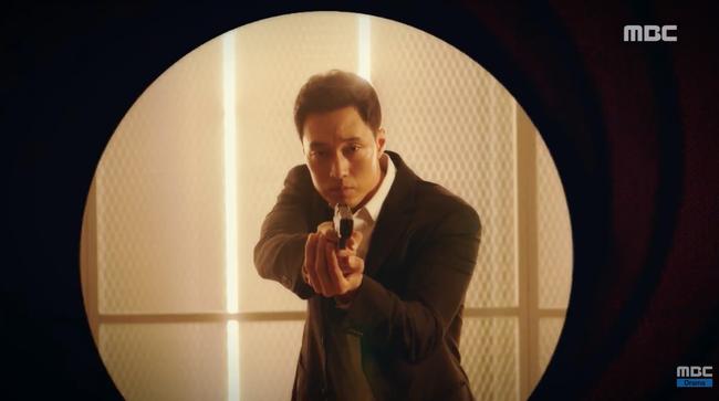 Chết cười xem cảnh So Ji Sub hóa thân thành cảnh sát, sát thủ rồi tới... James Bond - Ảnh 3.