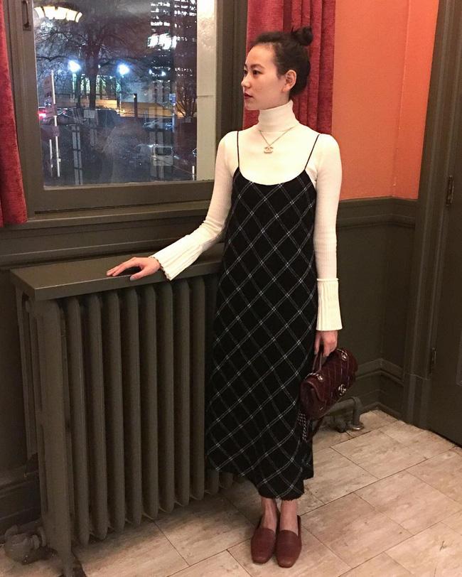 """Sợ diện váy mùa đông hơi """"phong phanh"""" thì các nàng cứ tham khảo 12 công thức này, vừa ấm áp lại xinh miễn chê - Ảnh 2."""