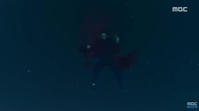 So Ji Sub trúng đạn rơi xuống nước, sống chết không rõ - Ảnh 1.