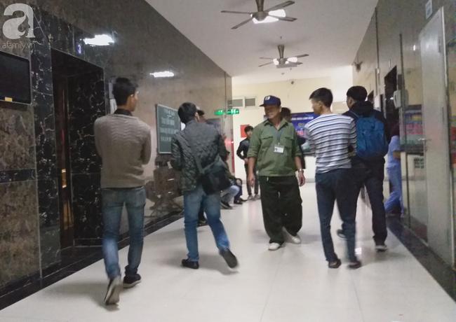 Vụ bé sơ sinh rơi từ tầng cao ở chung cư Linh Đàm: Cảnh sát phát hiện cô gái nghi vấn ở tầng 31 - Ảnh 1.