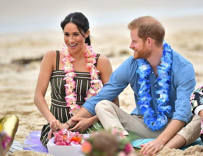 Meghan táo bạo mặc váy maxi ra biển, thậm chí phá vỡ quy tắc hoàng gia mà đến Công nương Diana còn phải kiêng dè - Ảnh 5.