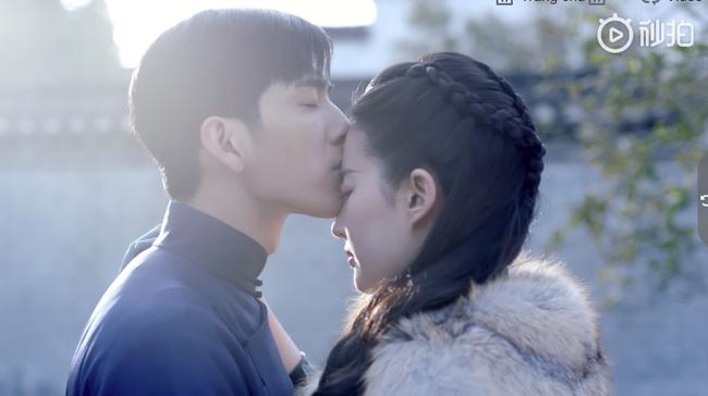 Đỏ mặt với cảnh Lưu Diệc Phi liên tiếp hôn môi trai trẻ kém tuổi đến 5 lần  - Ảnh 6.