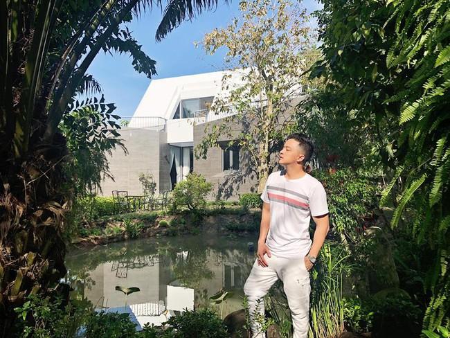 Nhà vườn đẹp như châu Âu rộng 500m² ở Long An của ca sĩ Cao Thái Sơn - Ảnh 2.