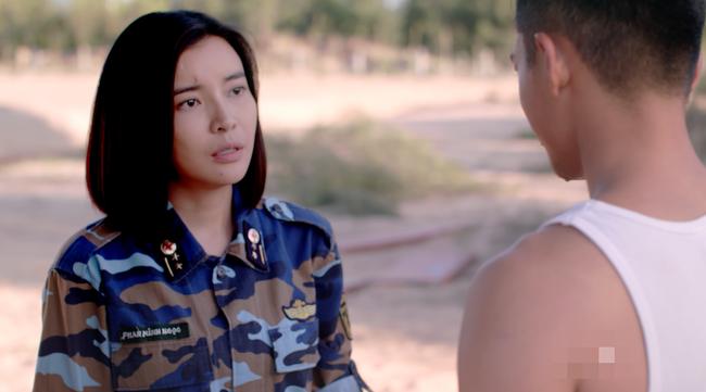 Đại úy Duy Kiên - Song Luân hy sinh dùng lưng đỡ đá cứu người trong Hậu duệ mặt trời bản Việt - Ảnh 9.
