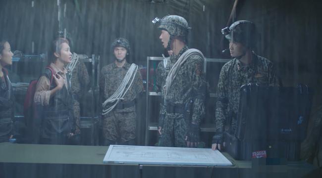 Đại úy Duy Kiên - Song Luân hy sinh dùng lưng đỡ đá cứu người trong Hậu duệ mặt trời bản Việt - Ảnh 2.