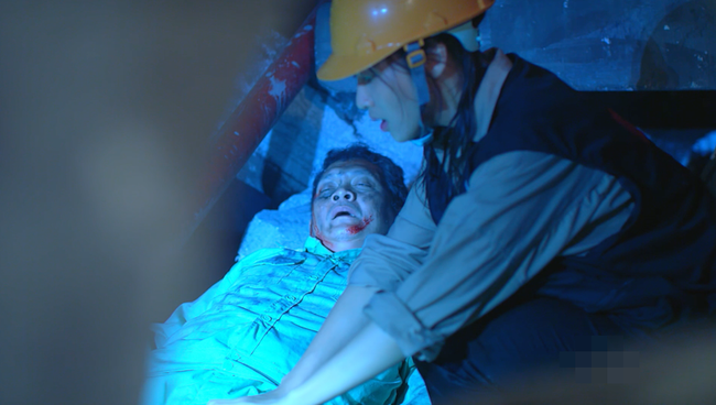 Đại úy Duy Kiên - Song Luân hy sinh dùng lưng đỡ đá cứu người trong Hậu duệ mặt trời bản Việt - Ảnh 8.