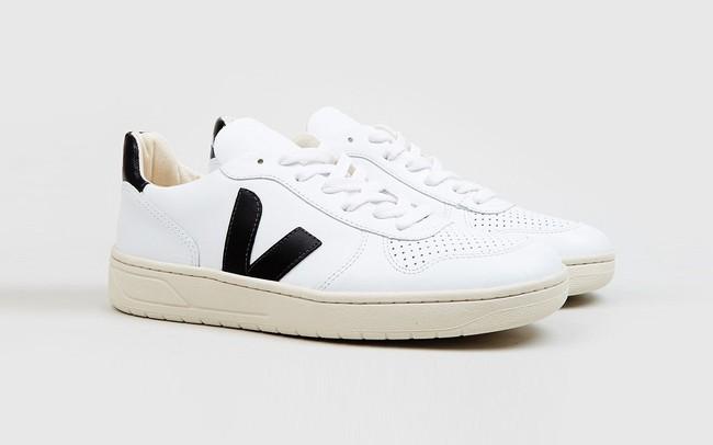 Công nương Meghan diện giày sneaker trắng giá hữu nghị, dự là nhiều chị em sẽ lại nô nức mua theo - Ảnh 3.