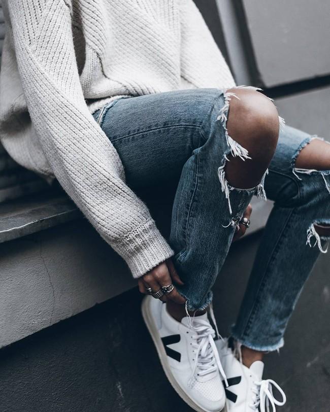 Công nương Meghan diện giày sneaker trắng giá hữu nghị, dự là nhiều chị em sẽ lại nô nức mua theo - Ảnh 2.