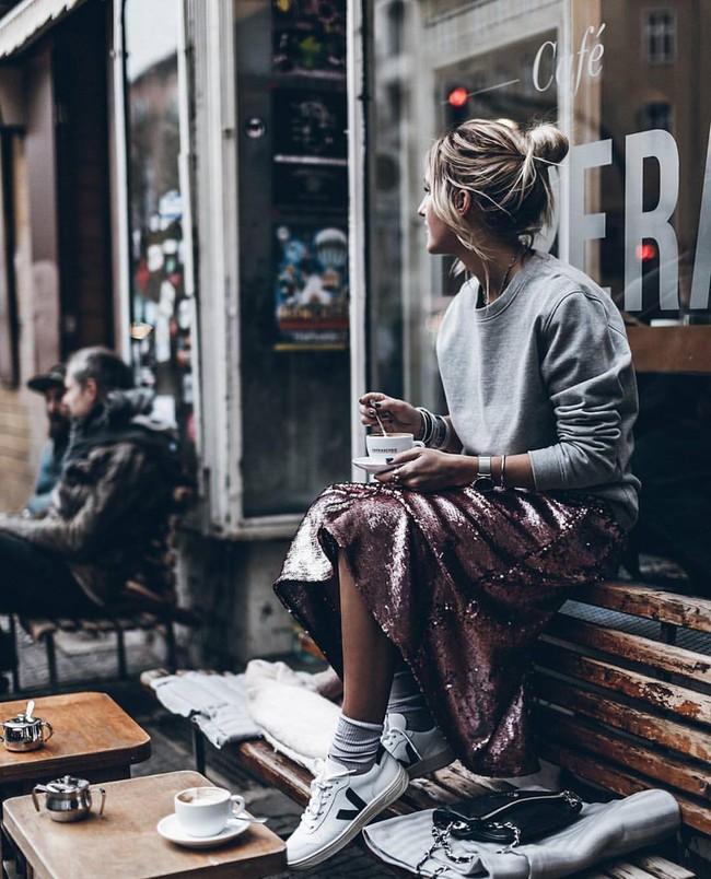 Công nương Meghan diện giày sneaker trắng giá hữu nghị, dự là nhiều chị em sẽ lại nô nức mua theo - Ảnh 4.