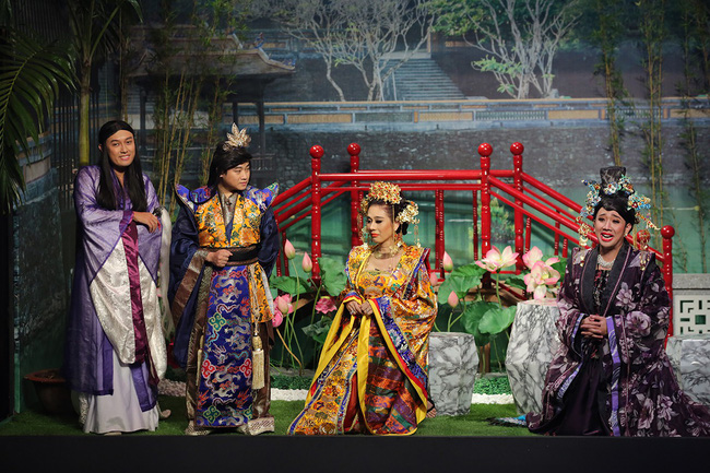 Mải mê giành thị tẩm, Trấn Thành - Lâm Khánh Chi nhảy múa đến mức bung giày cao gót  - Ảnh 1.