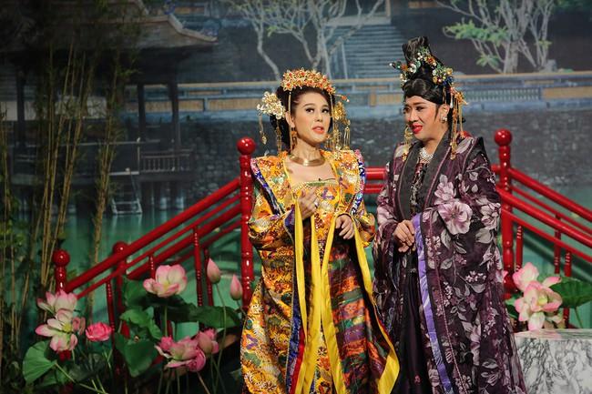 Mải mê giành thị tẩm, Trấn Thành - Lâm Khánh Chi nhảy múa đến mức bung giày cao gót  - Ảnh 2.