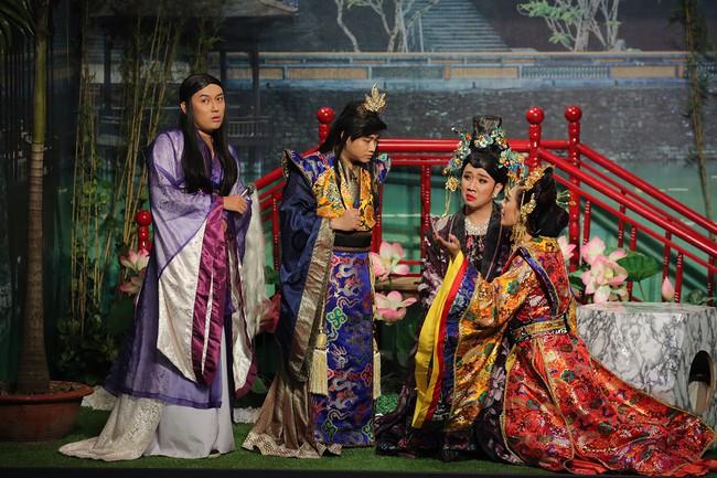 Mải mê giành thị tẩm, Trấn Thành - Lâm Khánh Chi nhảy múa đến mức bung giày cao gót  - Ảnh 3.