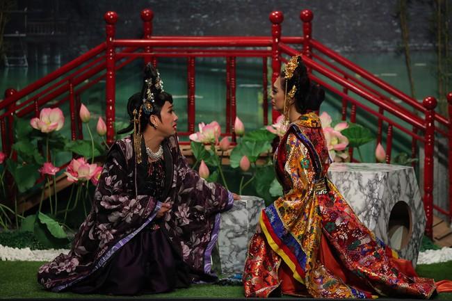 Mải mê giành thị tẩm, Trấn Thành - Lâm Khánh Chi nhảy múa đến mức bung giày cao gót  - Ảnh 4.