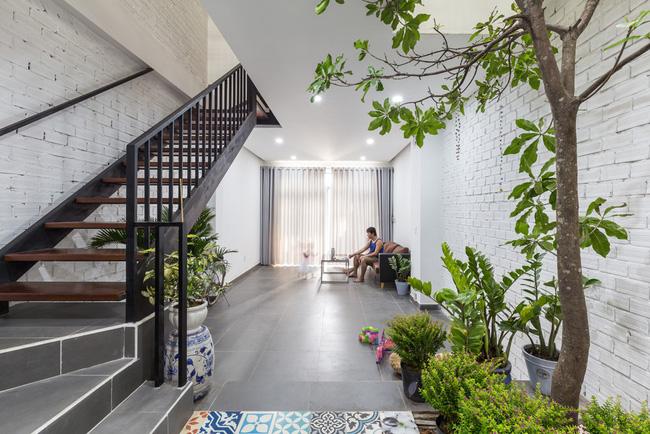 Ngôi nhà ống 4 tầng chi phí chưa tới 900 triệu của gia đình trẻ ở quận 9, Sài Gòn - Ảnh 2.