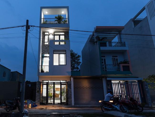 Ngôi nhà ống 4 tầng chi phí chưa tới 900 triệu của gia đình trẻ ở quận 9, Sài Gòn - Ảnh 1.