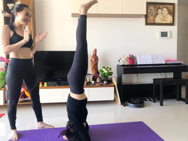 Mai Phương tập yoga cùng Ốc Thanh Vân dù vẫn phải điều trị thuốc chống gãy xương - Ảnh 4.