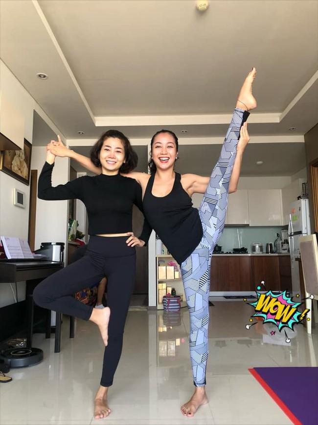 Mai Phương tập yoga cùng Ốc Thanh Vân dù vẫn phải điều trị thuốc chống gãy xương - Ảnh 1.