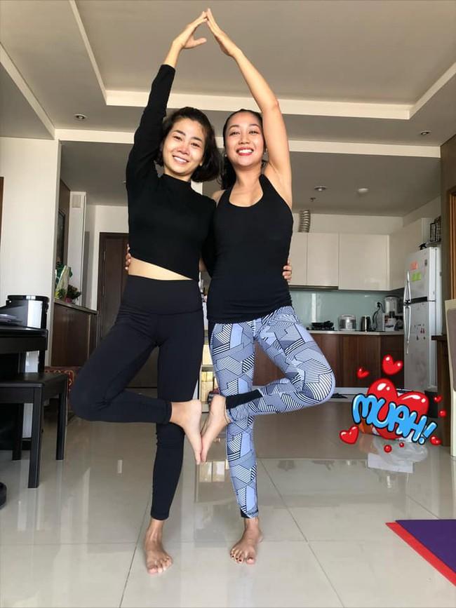 Mai Phương tập yoga cùng Ốc Thanh Vân dù vẫn phải điều trị thuốc chống gãy xương - Ảnh 2.
