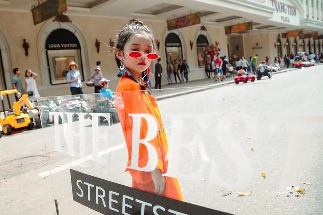 2 mẫu nhí nổi bật với street style ấn tượng ở VIFW: 5, 6 tuổi đã sở hữu thần thái không phải dạng vừa - Ảnh 2.