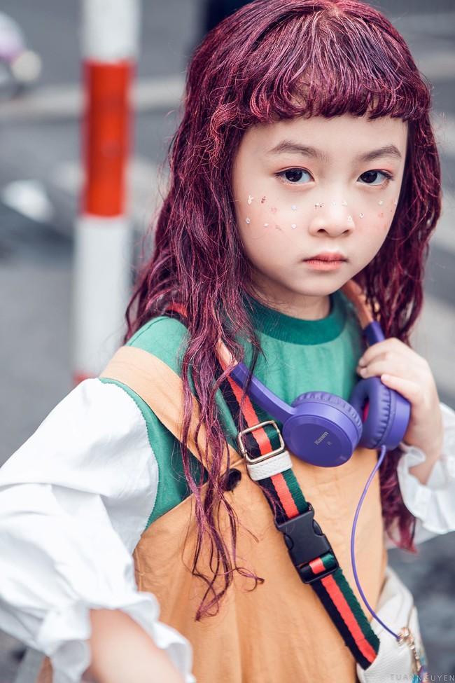 2 mẫu nhí nổi bật với street style ấn tượng ở VIFW: 5, 6 tuổi đã sở hữu thần thái không phải dạng vừa - Ảnh 3.