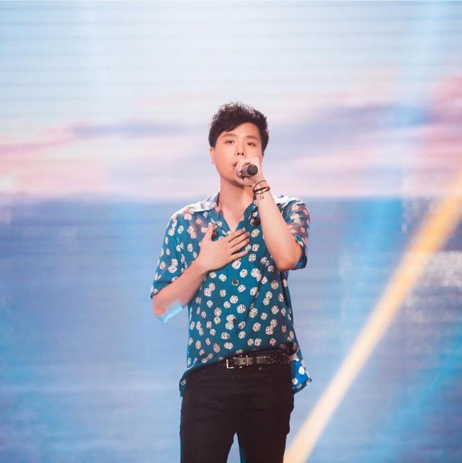 Chẳng biết vô tình hay hữu ý mà Trịnh Thăng Bình mặc luôn áo sơmi cũ, hát về người cũ trong MV Em Ngủ Chưa - Ảnh 5.