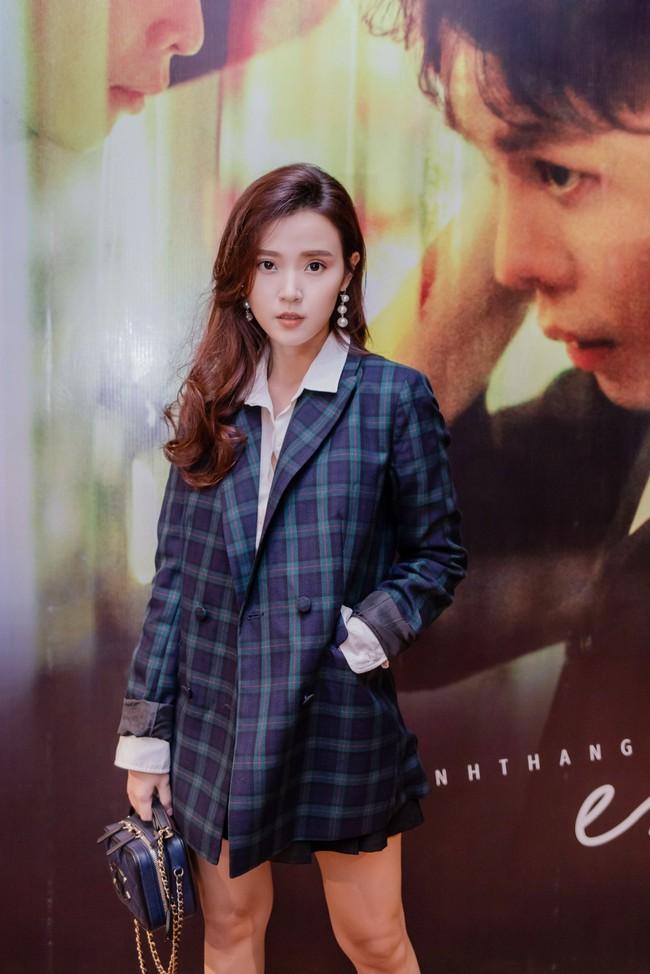 Midu trẻ đẹp như nữ sinh đến chúc mừng bạn thân Trịnh Thăng Bình - Ảnh 1.