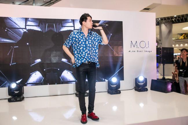 Chẳng biết vô tình hay hữu ý mà Trịnh Thăng Bình mặc luôn áo sơmi cũ, hát về người cũ trong MV Em Ngủ Chưa - Ảnh 7.
