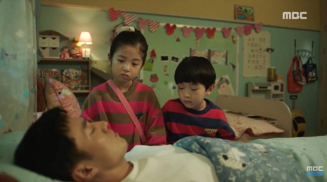 Chết cười xem cảnh 2 nhóc tì 6 tuổi trị thương cho So Ji Sub - Ảnh 2.