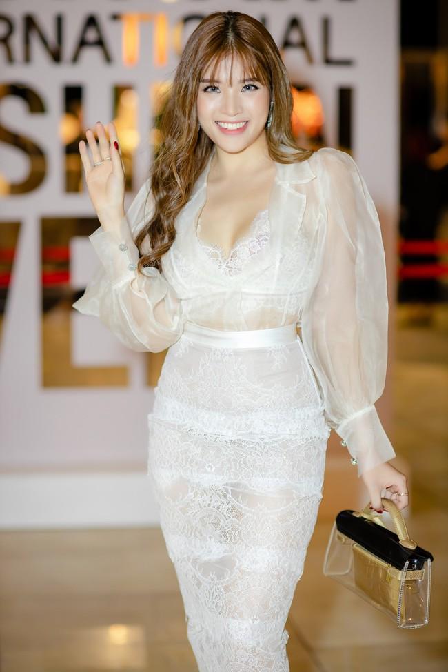 Diện váy xẻ sâu, Hoa hậu Phan Hoàng Thu khoe trọn vẹn vẻ nóng bỏng gợi cảm của gái một con  - Ảnh 3.