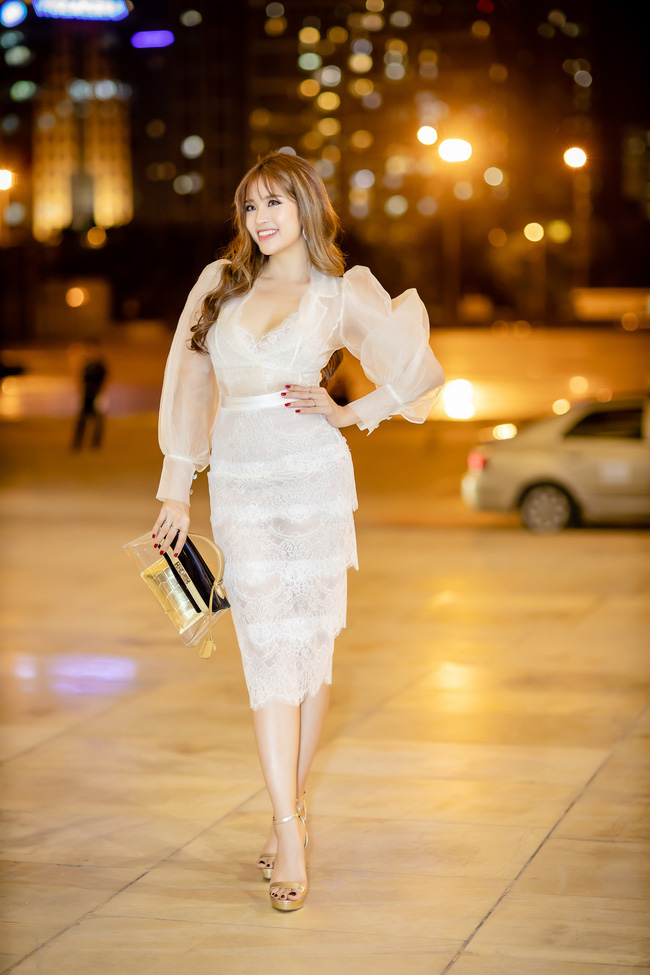 Diện váy xẻ sâu, Hoa hậu Phan Hoàng Thu khoe trọn vẹn vẻ nóng bỏng gợi cảm của gái một con  - Ảnh 4.