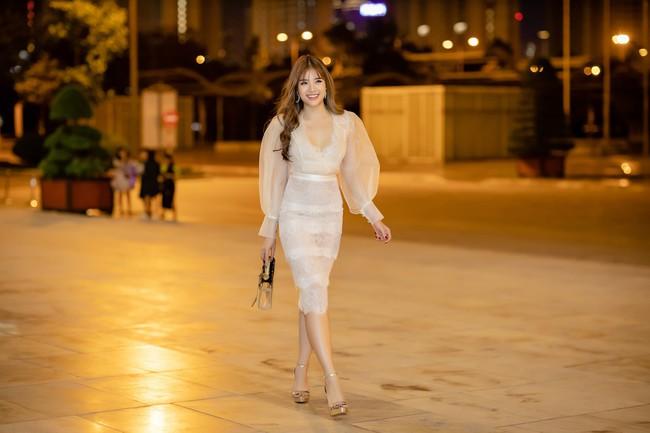 Diện váy xẻ sâu, Hoa hậu Phan Hoàng Thu khoe trọn vẹn vẻ nóng bỏng gợi cảm của gái một con  - Ảnh 1.