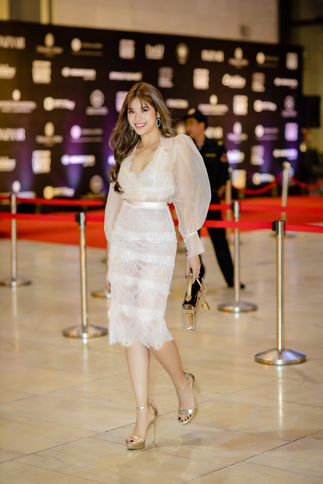 Diện váy xẻ sâu, Hoa hậu Phan Hoàng Thu khoe trọn vẹn vẻ nóng bỏng gợi cảm của gái một con  - Ảnh 2.