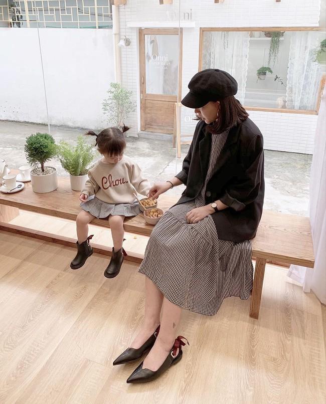 Street style hot mom tuần qua: Người bầu bí nhìn vẫn gọn gàng, người lên đồ đẹp xinh cả mẹ lẫn con - Ảnh 2.