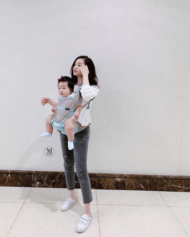 Street style hot mom tuần qua: Người bầu bí nhìn vẫn gọn gàng, người lên đồ đẹp xinh cả mẹ lẫn con - Ảnh 6.