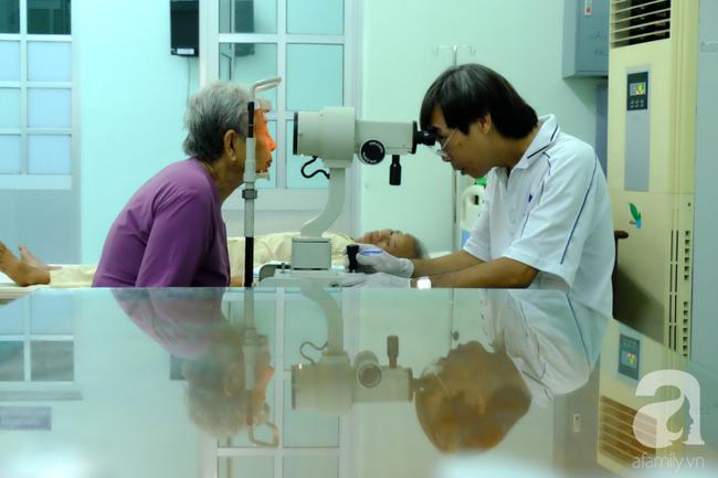 """Hơn 100 phụ nữ miền Tây nghèo bị bệnh """"ra khỏi nhà là té"""" được bác sĩ Sài Gòn đến cứu - Ảnh 6."""